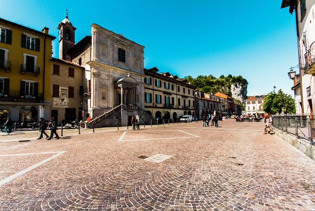 Arona, Piazza del Popolo, Chiesa di Santa Marta e Broletto
